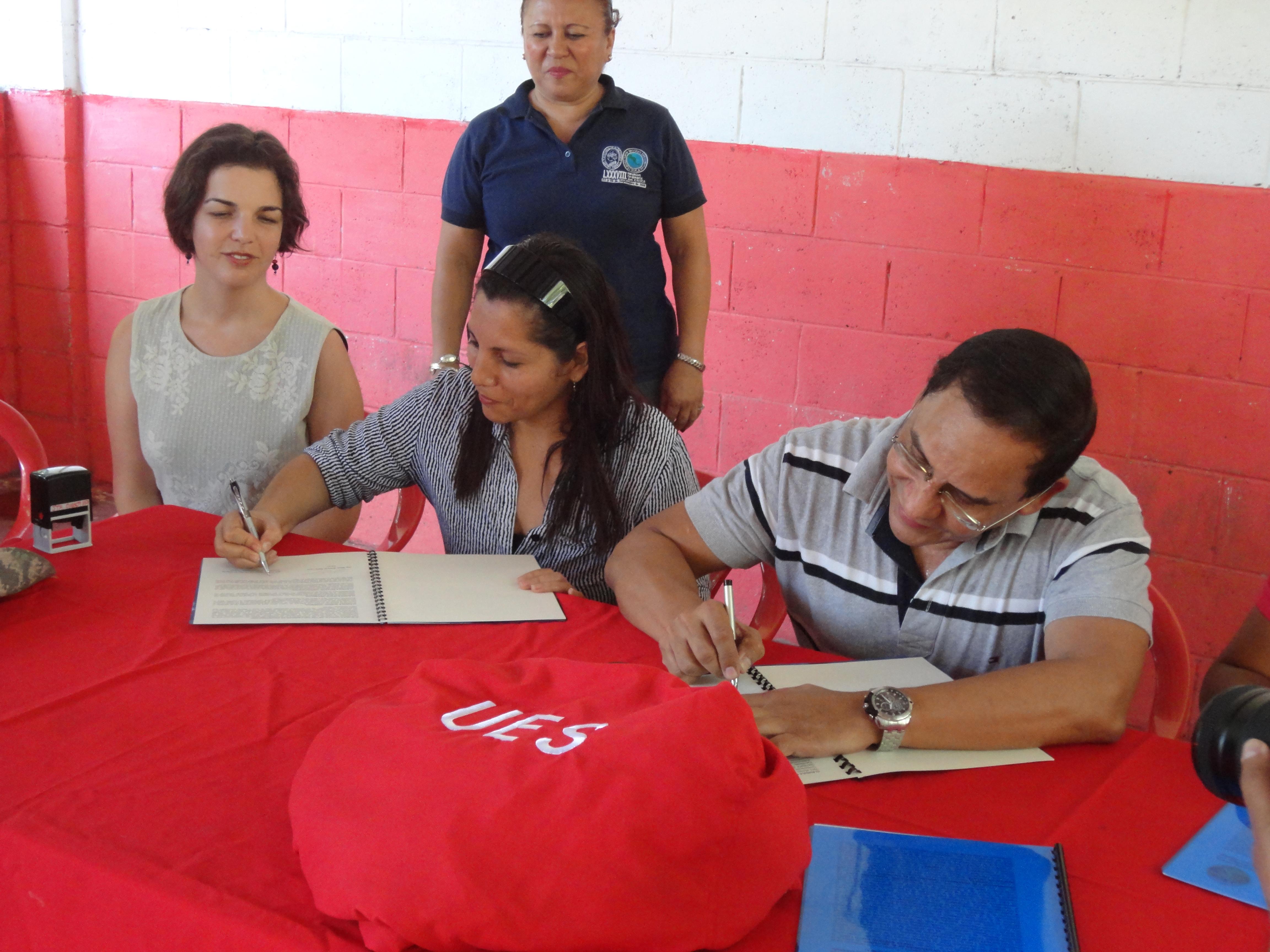 Firma de Convenio entre Asociación Mangle y La Universidad de El Salvador - Yael Falicov y Estela Hernandez