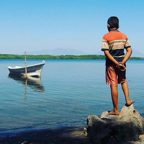 Joven mirando la Bahía de Jiquilisco